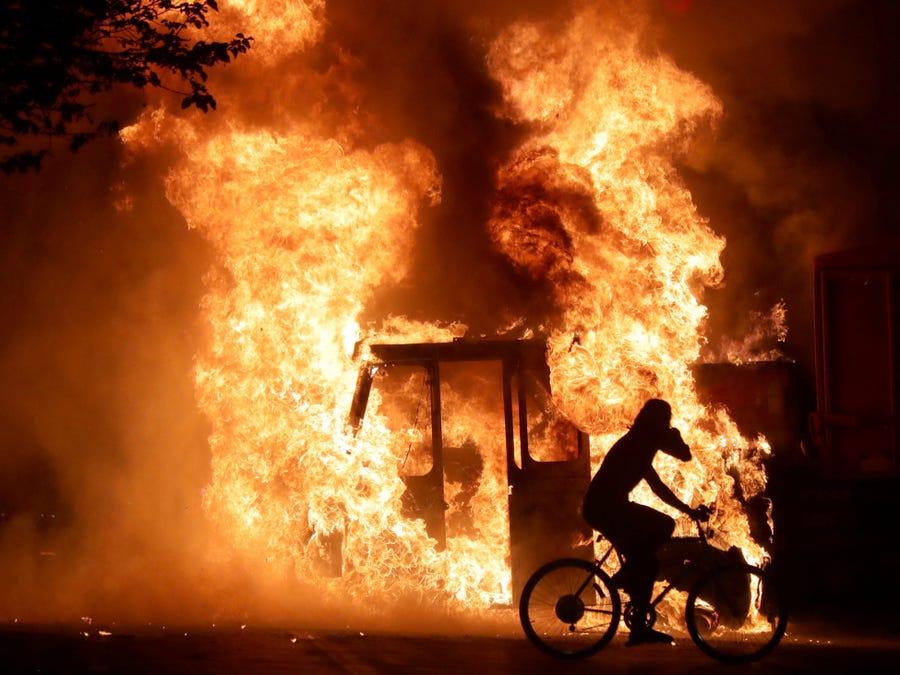 美国示威者全城纵火抗议黑人遭枪击:烧到警察被开除