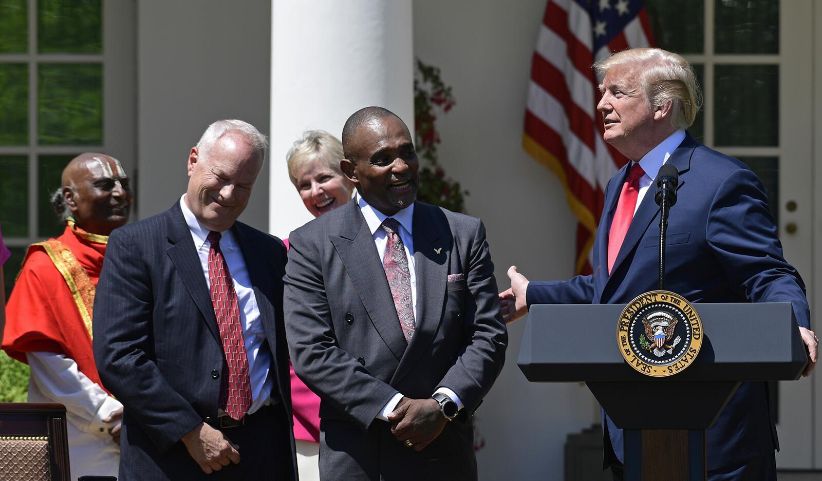 共和党大会第二晚演讲前,特朗普宣布特赦他!