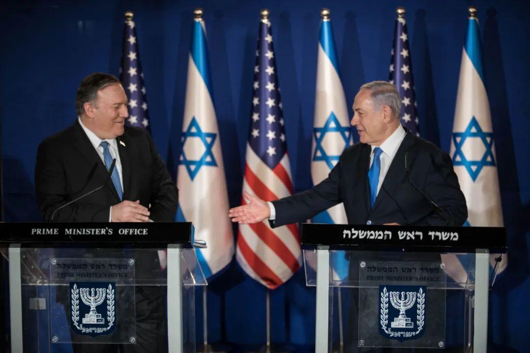 2019年3月21日,在耶路撒冷,以色列总理内塔尼亚胡(右)与到访的美国国务卿蓬佩奥在记者招待会上握手。新华社/基尼图片社