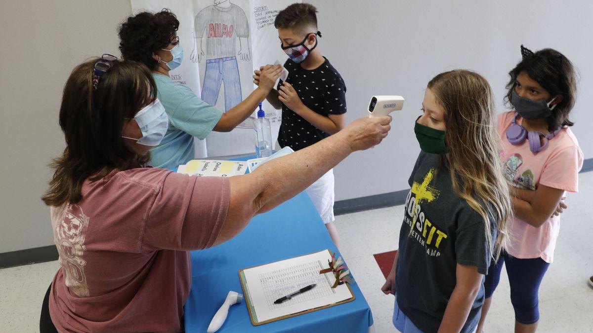 美国儿童接受体温检测。(图源:美联社)
