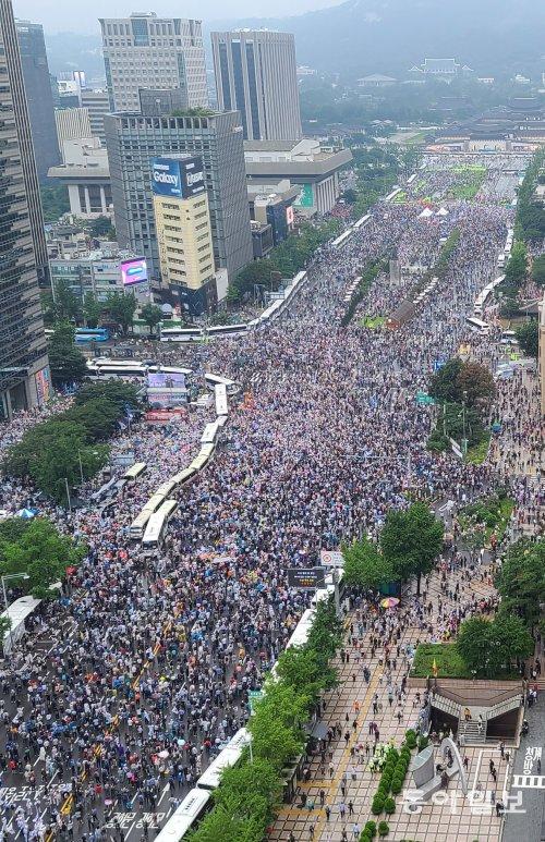 8月15日,数万人参加首尔集会,193人已确诊。(东亚日报)