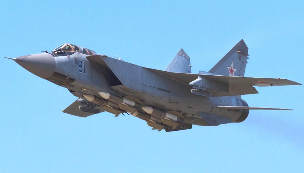 俄军米格-31战机在巴伦支海上空拦截挪威军机