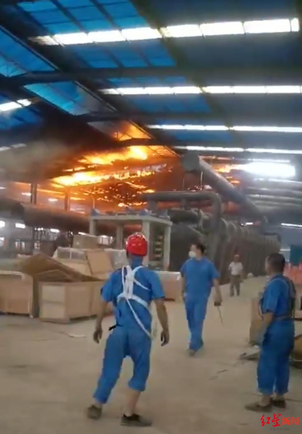 四川峨眉山市一陶瓷厂发生火灾浓烟冲天 无人员伤亡