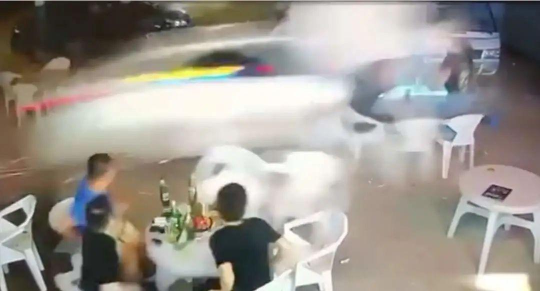 轿车高速冲入夜市撞飞数人!廊坊警方通报来了