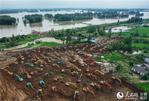 航拍:上百台大型机械同时作业抢筑堵水围堰。陈若天摄