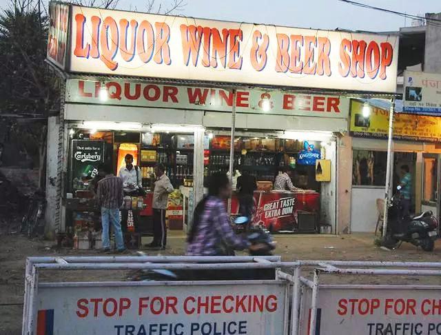 印度假酒事件已致104死 十余年间假酒为何屡禁不止?