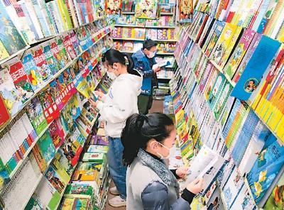 小朋友在江蘇省蘇州市文化市場內翻閱圖書。 王建康 圖(人民視覺)