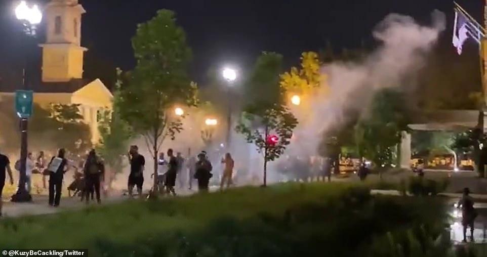 """白宫外爆发抗议 美警方发射橡皮子弹眩晕弹""""清场"""""""
