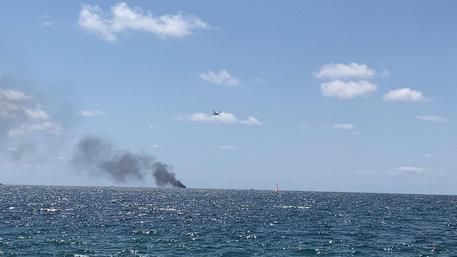 非法移民船在意大利附近海域起火 致4人死亡2人失踪