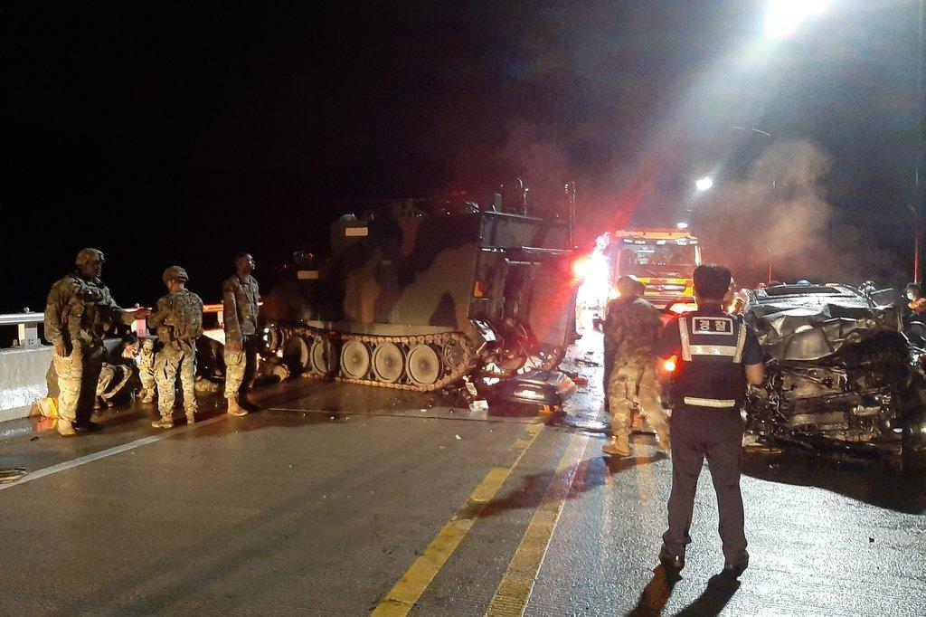 驻韩美军装甲车与韩私家车相撞 致4死1伤