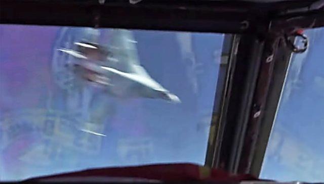 两架苏27直接贴脸飞过!差点撞毁轰炸机 美军抗议