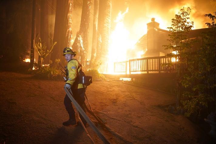 美国加州山火仍在蔓延 过火面积超过142万英亩