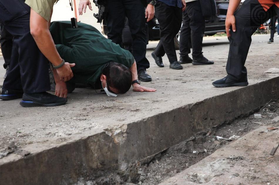 杜特尔特跪地亲吻地面 为连环爆炸案遇难者吊唁