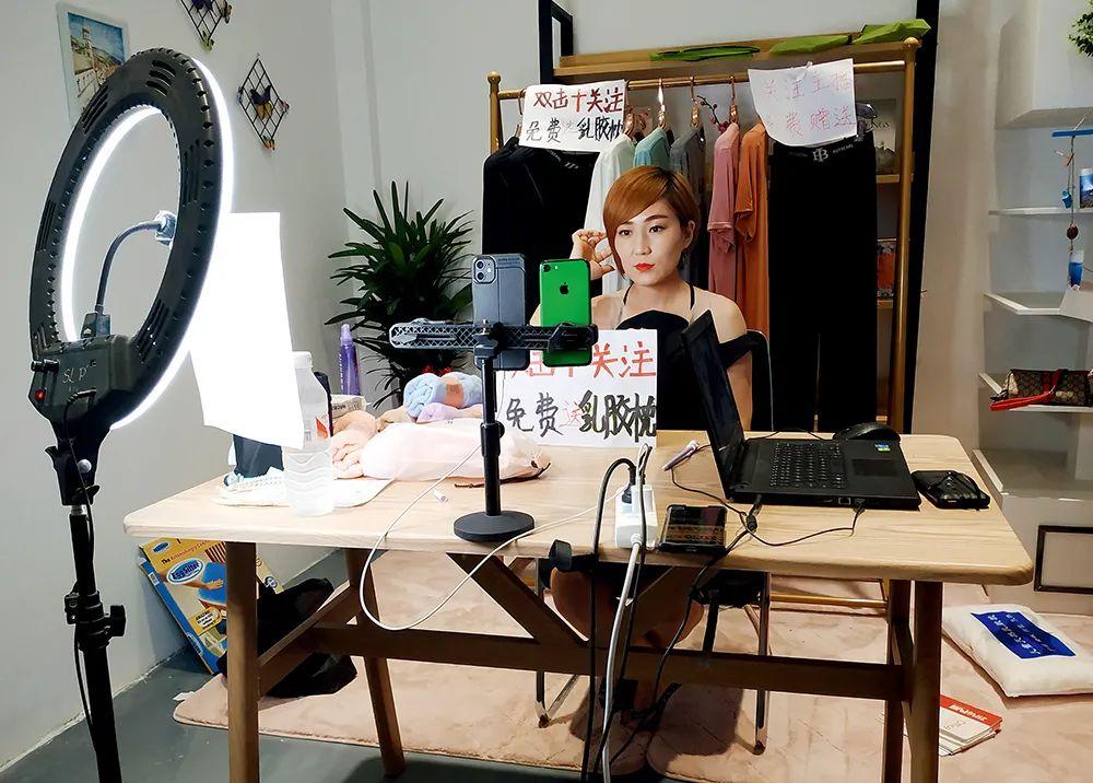 7月13日晚上8时,义乌北下朱村,主播苗苗在做直播前末了的预备。拍照/本刊记者 杜玮