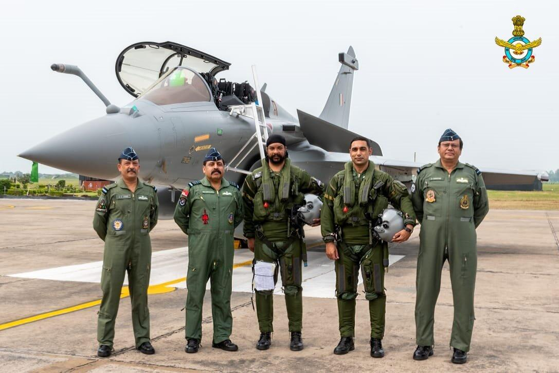 """印度飞行员驾驶""""阵风""""战斗机飞抵安巴拉空军基地"""