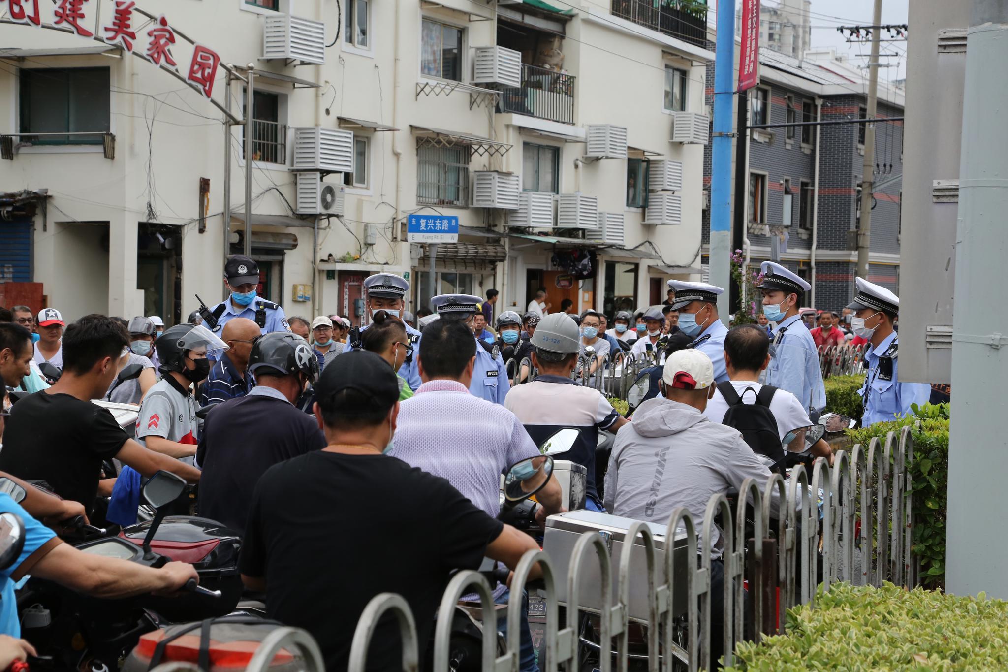 """台风""""黑格比""""来袭,黄浦江过江轮渡停航,上海警方引导非机动车走隧道渡江"""