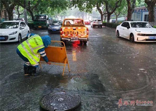 △青岛水务排水公司事情职员防汛值守积水点,实时排水,包管门路流通。记者 吴帅摄