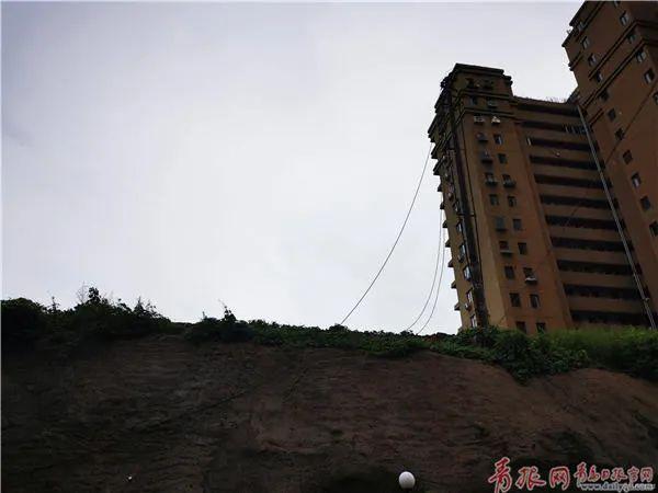 △电线遭雷击后掉落地上。记者 吴帅 摄