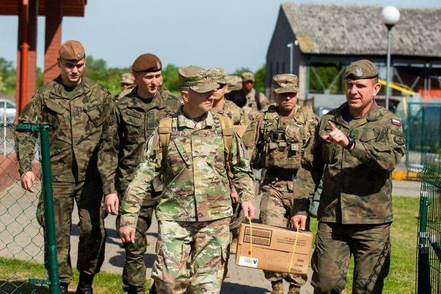 (美国与波兰士兵6月4日在波兰切尔尼察 图片来源:《华盛顿邮报》)