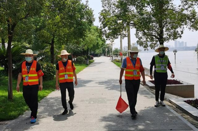 省法院防汛突击队冒酷暑坚守巡堤一线