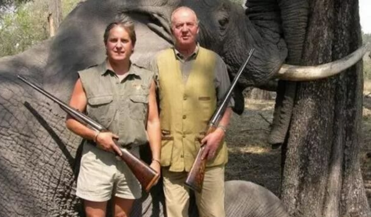 ·卡洛斯(右)在博茨瓦纳打猎。