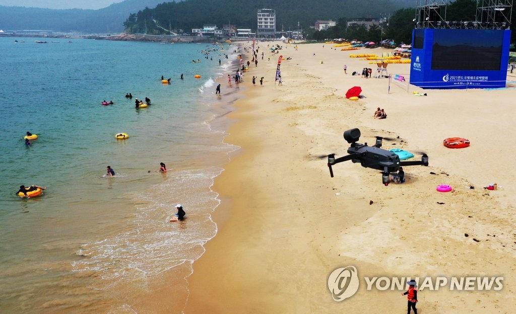 韩海水浴场成避暑胜地 无人机实时监测安全有保障