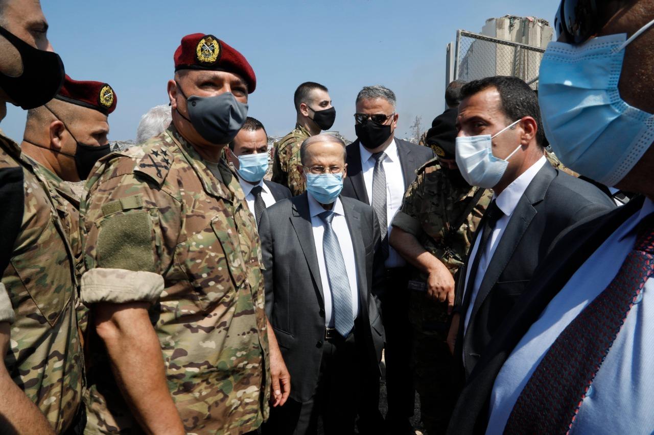 △图片为黎巴嫩总统与军方领导人到爆炸地点,来自当地媒体