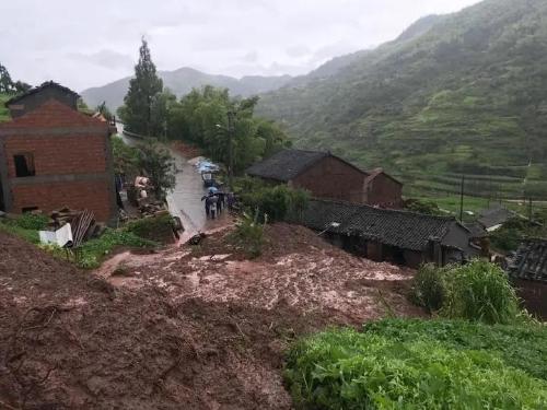 惊险!紧急撤离不到20分钟 房子就被泥石流冲毁