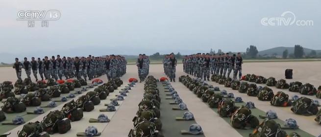 空军:空降兵某旅组织水上跳伞训练
