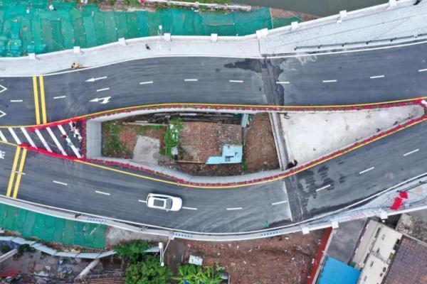"""红星新闻:广州网红""""桥中房"""",我们从中看到什么?"""