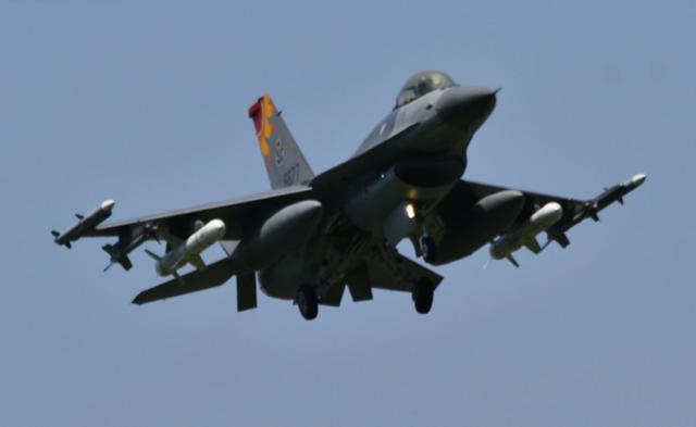 """台军F-16载""""鱼叉""""赴东沙岛巡航,退役飞行员:挂反舰导弹很罕见"""