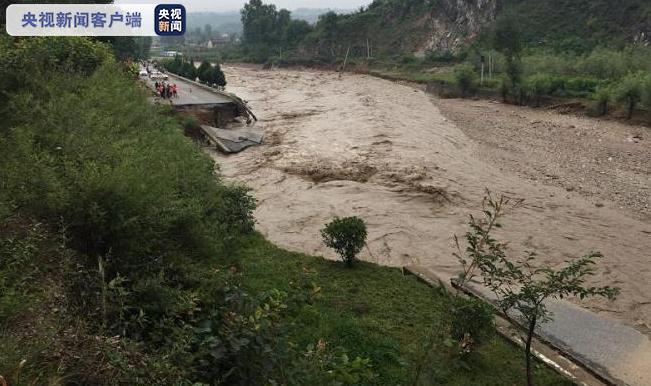 受特大暴雨影响 242国道洛南段部分路段已成为悬崖峭壁