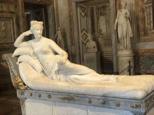 愚蠢的举动!奥地利男子摆拍坐坏19世纪知名雕像