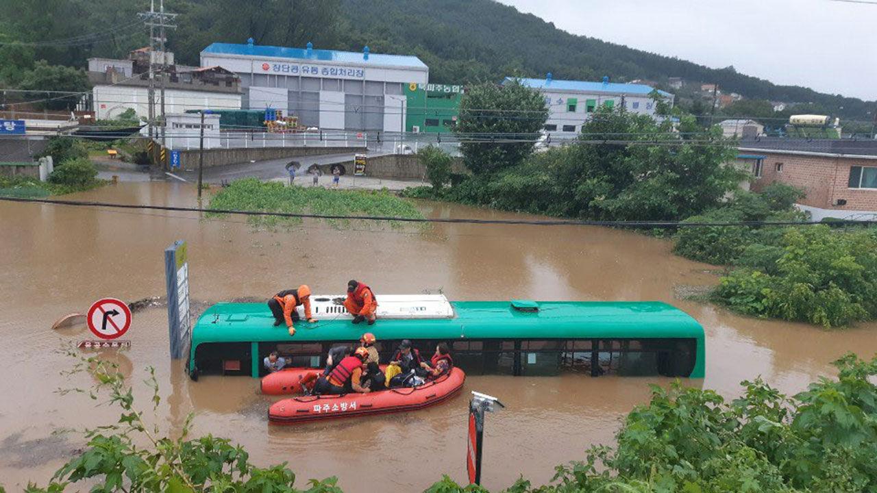 惊险!韩国边境一公交正行驶 突然被大水淹没(图)