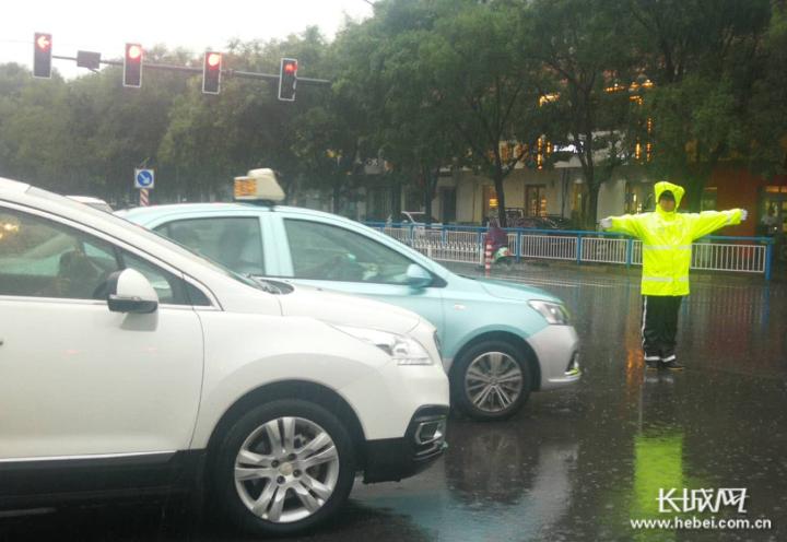 执勤民警在公园东街和泉南大街交叉口指挥官交通。通讯员黄鹏供图