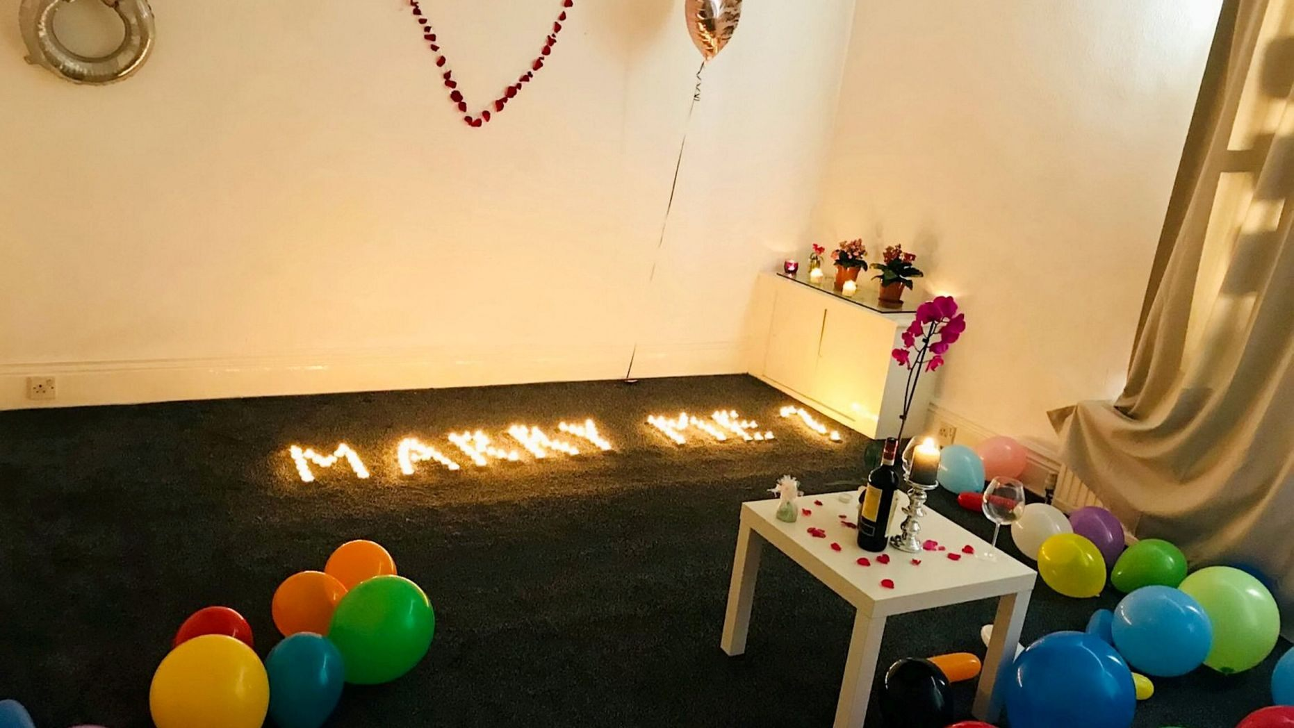 英国男子点数十支蜡烛求婚 意外烧毁公寓