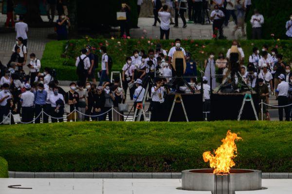 2020年8月6日,在日本广岛,人们参加原子弹轰炸75周年纪念活动。新华社/法新