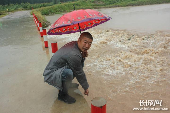河北涉县:防汛应急抢险队雨中巡