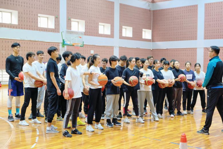 图为体科院门生上武术课和篮球课