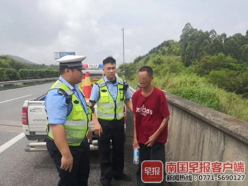 男子在广西高速走了三天,喝水充