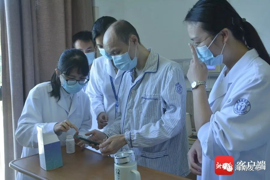 大夫引导患者服药。记者 王洪旭 摄