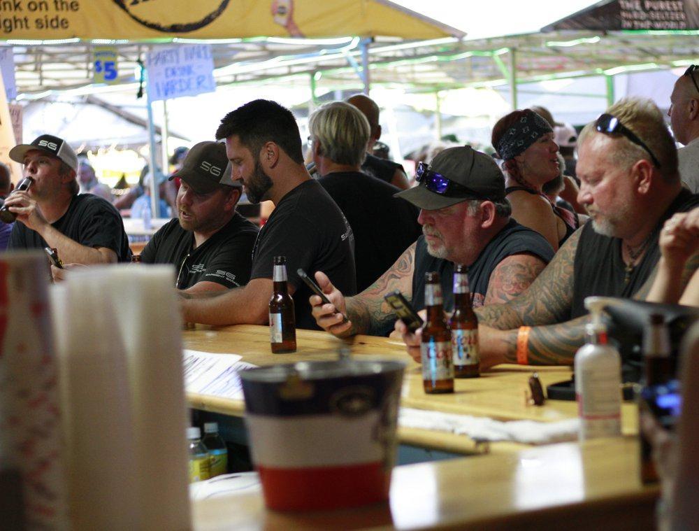 △斯特吉斯的酒吧里挤满了外来的摩托车手(图自美联社)