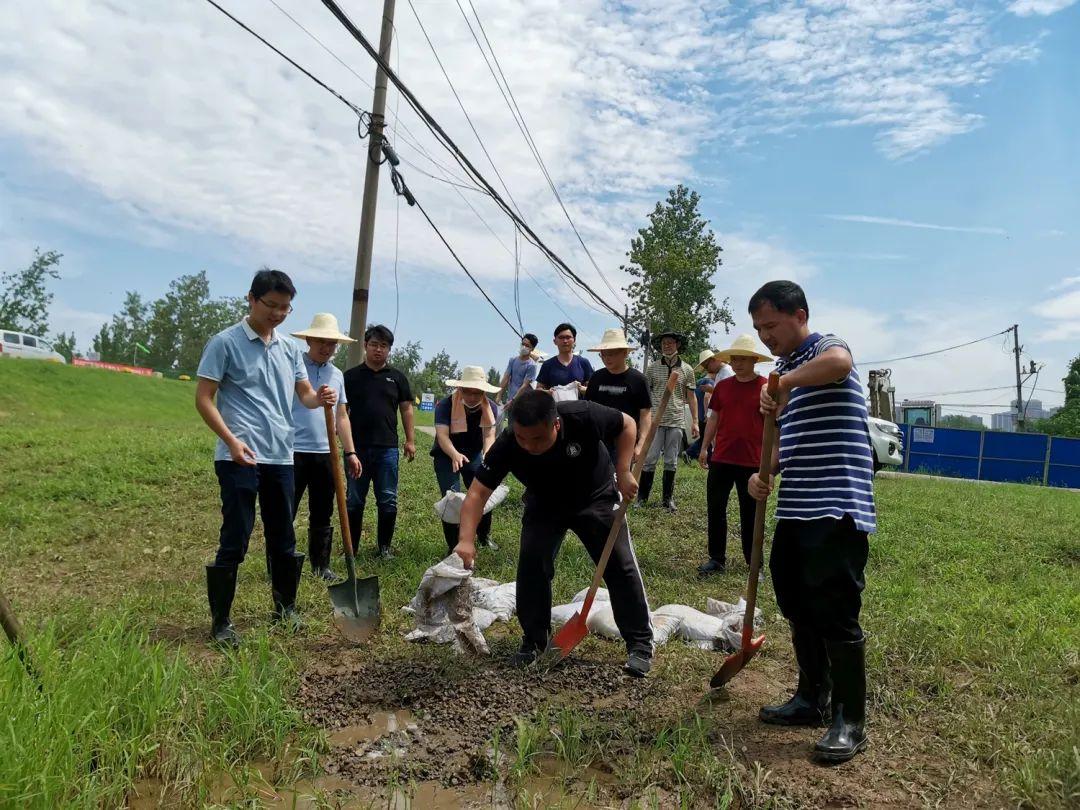 防汛队员在填埋渗水点(刘文奎 供图)