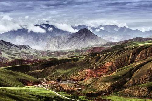 ·与矿区相邻的祁连山天然珍爱区景观。