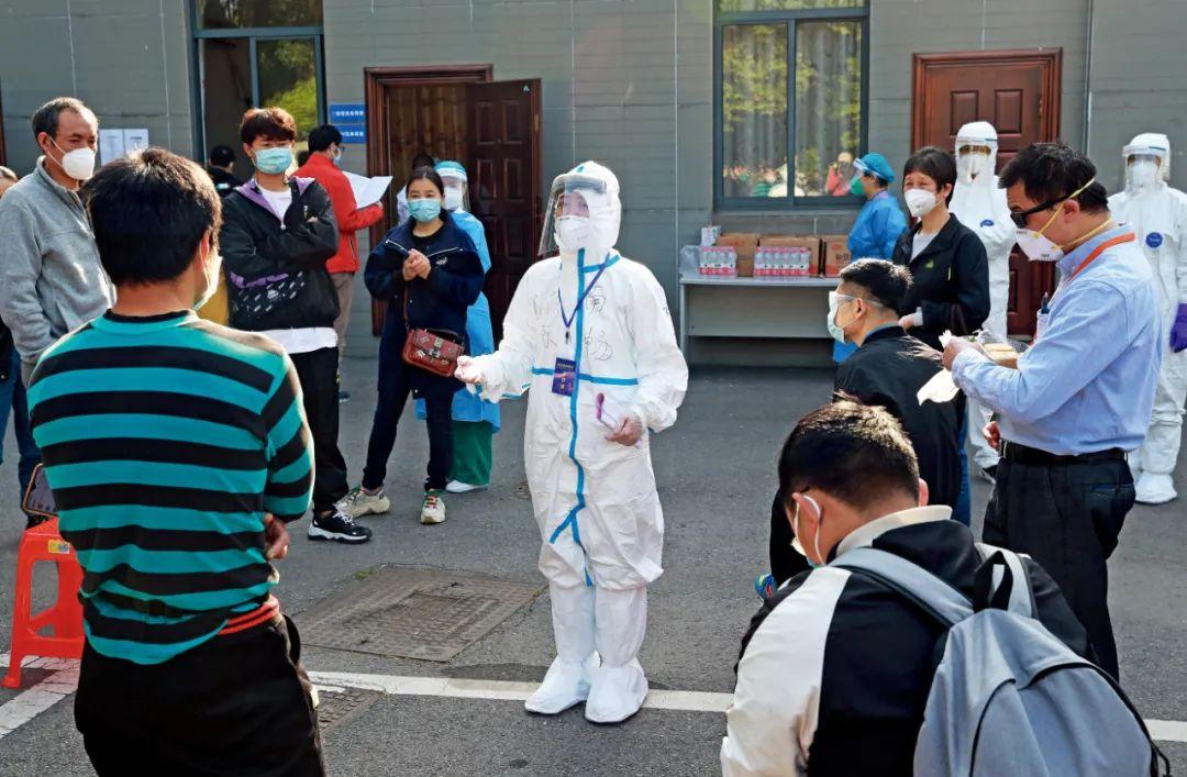 4月15日,220多名武汉志愿者参加全球首款进入Ⅱ期人体临床试验的新冠病毒疫苗——重组新型冠状病毒疫苗(腺病毒载体)Ⅱ期临床试验接种。工作人员对志愿者讲解注意事项。图/中新