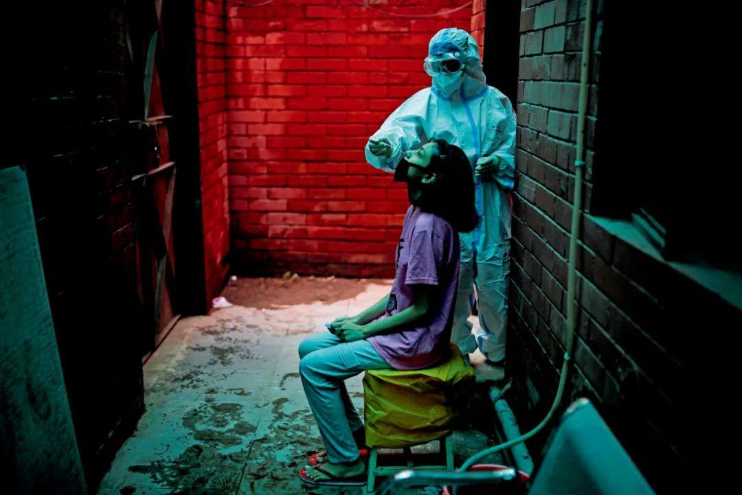 8月31日,印度新德里,民众接受新冠病毒测试。美国约翰·霍普金斯大学发布的新冠疫情数据显示,截至北京时间9月7日12时28分,印度累计新冠确诊病例已突破420万例,每日新增确诊病例世界第一。图/人民视觉