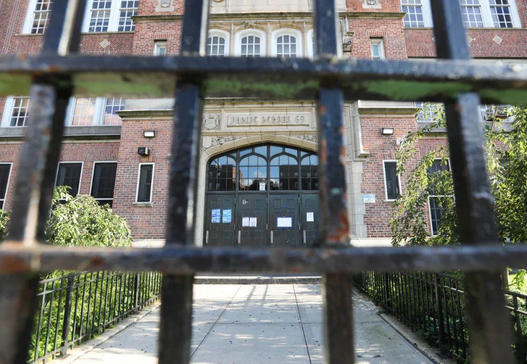 9月1日,美国纽约一所公立学校的大门紧闭。新华社记者王迎摄