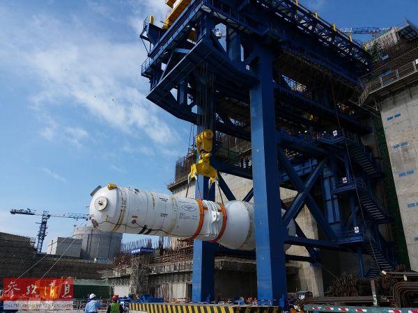 """资料图片:中国""""华龙一号""""核电装置进行关键设备的安装。( 新华社发)"""