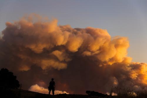 这是8月19日在美国旧金山湾区圣马特奥县风山自然保护区拍摄的山火引发的烟尘。新华社发(董旭东摄)