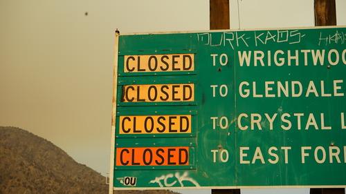 9月9日,在美国加利福尼亚州阿祖萨,山火区域附近的道路被封闭。新华社发(曾慧摄)
